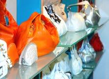 Handtassen in de winkel Royalty-vrije Stock Afbeelding