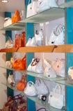 Handtassen in de winkel Stock Foto
