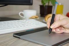 Handteckning med pennan på den grafiska tabellen Royaltyfri Foto