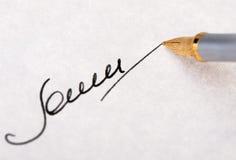 Handtekenings dichte omhooggaand en de vulpen Stock Foto's