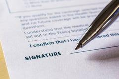 Handtekeningsconcept met pen en wettelijke contractvorm stock foto