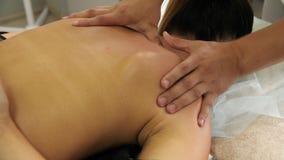 Handtherapeut die een jonge vrouw masseren die op een massagelijst liggen, die op de rug duwen Het mannelijke masseurhanden masse stock video
