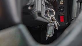 Handtoestel veranderende stok op een auto van het auto` s stuurwiel, dashboard, binnenlands ontwerp, stock afbeelding