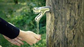 Handtvagning på det trädgårds- klappet running vatten för vattenkran arkivfilmer
