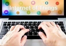Handtype op laptop met Internet van dingen (IoT) woord en objec Royalty-vrije Stock Fotografie