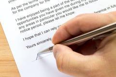 Handunterzeichnender Kündigungsbrief Lizenzfreie Stockfotografie