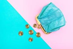 Handväska för mynt En läderhandväska, plånbok på en geometrisk rosa färg och turkosbakgrund trendfärger fotografering för bildbyråer