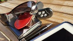 handväska för plånbok för kreditkortar för telefon för dator för exponeringsglas för affärstidtangenter Royaltyfria Bilder