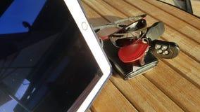 handväska för plånbok för kreditkortar för telefon för dator för exponeringsglas för affärstidtangenter Arkivbilder
