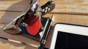 handväska för plånbok för kreditkortar för telefon för dator för exponeringsglas för affärstidtangenter Arkivbild