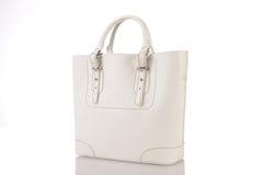 Handväska för vita kvinnor som isoleras på vit bakgrund Royaltyfria Bilder