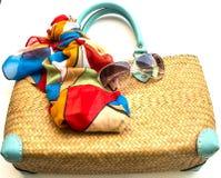 Handväska, halsduk och solglasögon på vit bakgrund Arkivbilder