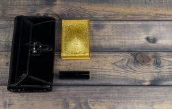 Handväska-koppling svart, pulverask med spegeln och läppstift guld- l royaltyfri foto