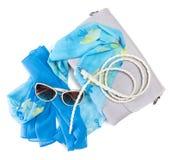 Handväska, ljus siden- halsduk, magert flätat bälte och solglasögon royaltyfri fotografi