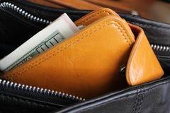 Handväska med pengar Arkivbilder