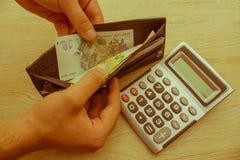 Handväska med pengar i deras händer Royaltyfria Foton
