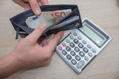 Handväska med pengar i deras händer Fotografering för Bildbyråer