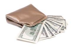 Handväska och sedlar i hundra dollar Arkivbild