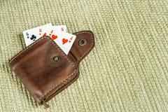Handväska som göras av läder och spelas kort Arkivbild