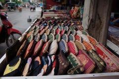 Handväskor med asiaticstryck arkivbilder