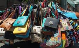 Handväskor som är till salu på gatan Arkivfoto