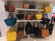 Handväskor visade till salu på ett lager royaltyfria foton