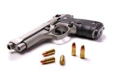 Handvapen och kulor Arkivfoto