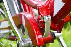 Handvat, kettingsdekking en pedaal Close-up van een fragment van een fiets royalty-vrije stock afbeelding