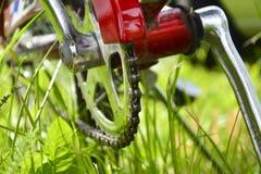 Handvat, kettingsdekking en pedaal Close-up van een fragment van een fiets stock fotografie