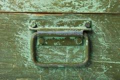 Handvat op groene oude houten doos Stock Foto