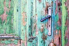Handvat op oude houten deur Stock Foto's