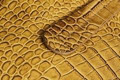 Handvat van echte leerhandtas, echt leer met in reliëf gemaakt onder de huid van reptiel Concept het winkelen royalty-vrije stock afbeelding
