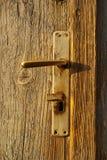 Handvat van oude deur stock foto
