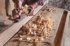 Handvliegtuig die aan vlotte houten plank worden gebruikt stock foto's