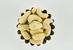 Handvol cashewnoten in de vorm van voorgekomen stock afbeelding