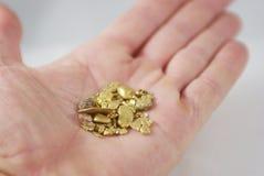 Handvol Gouden Goudklompjes stock afbeeldingen