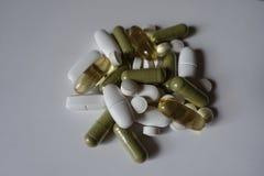 Handvol groene, witte en gele pillen Royalty-vrije Stock Foto's