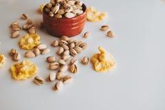 Handvol pistaches in een bruine vaas stock foto's