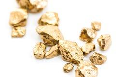 Handvol van gouden goudklompjesclose-up Stock Afbeeldingen