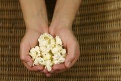 Handvol van popcorn. Stock Foto