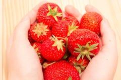 Handvoll Erdbeeren Lizenzfreies Stockfoto