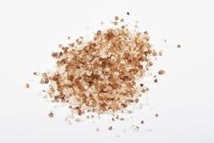 Handvoll geräuchertes dänisches Salz lokalisiert auf Weiß Lizenzfreies Stockfoto