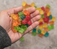 Handvoll gummiartige Bären Stockfotos