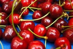 Handvoll rote natürliche saftige appetitanregende süße Kirschen lizenzfreies stockfoto