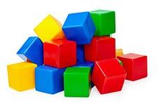 Handvoll Spielzeugblöcke auf weißem Hintergrund Stockfotografie