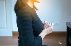 Handvrouw met het bidden van positie, Vrouwelijke gebedhanden voor iets in tabernakelruimte royalty-vrije stock afbeeldingen