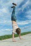 Handwalking del adolescente en el camino de tierra en el fondo del campo de granja al aire libre Imágenes de archivo libres de regalías