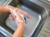 Handwas op de gootsteen stock foto