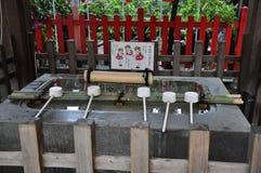 Handwaschende Station in einem japanischen Schrein lizenzfreies stockbild