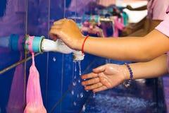 Handwashing, nauczyciele które uczą dzieciom obmycie szkoły Zdjęcie Stock